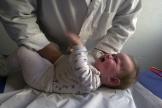 Courante et très contagieuse, la bronchiolite provoque chez les bébés de la toux et une respiration difficile, rapide et sifflante.