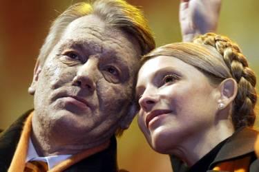 Viktor Iouchtchenko et Ioulia Timochenko en décembre 2004, à l'époque où l'alternative orange présentait un front uni.