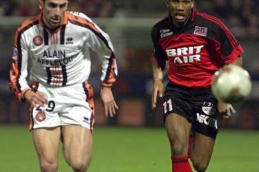 l'attaquant français d'origine ivoirienne de Guingamp Didier Drogba (D) et le défenseur de Lorient Pascal Delhommeau fixent le ballon du regard, le 06 mars 2002 au stade du Roudourou à Guingamp, lors du match Guingamp/Lorient comptant pour la 28e journée du championnat de France de football de D1. AFP PHOOT VALERY HACHE