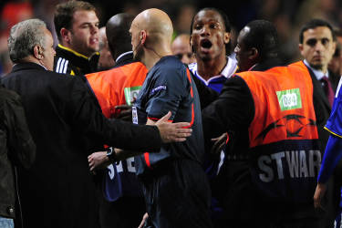 Chelsea's Didier Drogba (3rd R) argues with referee Tom Henning Ovrebo (C) after their Champions League second leg, semi-final soccer match against Barcelona at Stamford Bridge in London May 6, 2009.  REUTERS/Dylan Martinez     (BRITAIN SPORT SOCCER)