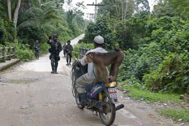 Un motard contrôlé à un barrage destiné à empêcher la guérilla de circuler librement.
