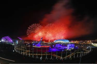 Fireworks explode over the Olympic Park during the closing ceremony for the 2014 Sochi Winter Olympics, February 23, 2014.  REUTERS/Shamil Zhumatov  (RUSSIA - Tags: SPORT OLYMPICS)