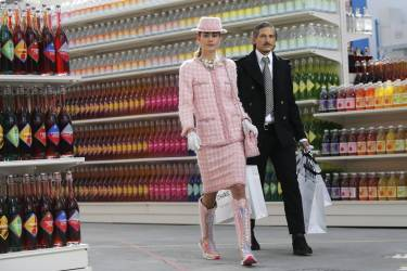 """Models present creations by German designer Karl Lagerfeld as part of his Fall/Winter 2014-2015 women's ready-to-wear collection for French fashion house Chanel at the Grand Palais transformed into a """"Chanel Shopping Center"""" during Paris Fashion Week March 4, 2014. REUTERS/Stephane Mahe (FRANCE - Tags: FASHION)"""