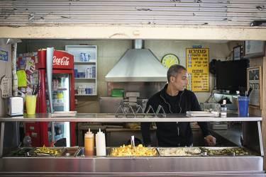 """Manger des falafels sur le pouce chez Yad Eliyahu """"Une gargote qui sert de délicieux falafels (boulettes de pois  chiches ou de fèves frites dans l'huile). Elle est située à proximité  de la Nokia Arena (salle omnisports et de concerts) et sert donc tard le soir. C'est propre et simple."""" Photo: Yoray Liberman pour M Le magazine du Monde"""