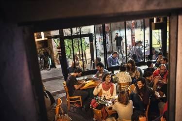 """Atterrir en pleine nuit  au bar Minzar """"Ne vous fiez pas aux apparences. Si  cet endroit est très décontracté et sa cuisine minuscule, The Minzar est un bar à manger qui sert de très grands plats et qui peut vous offrir tout ce dont vous avez besoin quand vous en avez besoin. C'est ouvert 24 h sur 24, 7 jours sur 7  et la bière y est toujours fraîche."""" Photo: Yoray Liberman pour M Le magazine du Monde"""