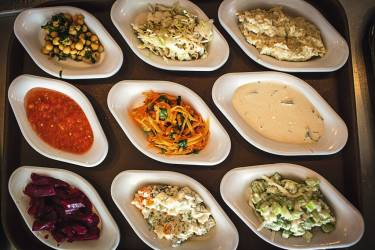"""Goûter au mérou de Barbunia """"C'est l'un des meilleurs bars de Tel-Aviv selon moi. C'est  l'endroit idéal pour boire un verre accompagné d'un poisson ultrafrais dans sa plus simple expression - j'adore les cubes  de mérou. Chaque fois que je cherche un peu d'intimité et une nourriture de qualité, je viens ici. La cuisine est ouverte de midi jusque tard dans la nuit, les assiettes remplissent les estomacs tandis que la musique ambiante nourrit l'âme."""" Photo: Yoray Liberman pour M Le magazine du Monde"""