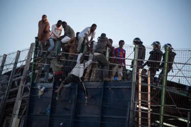 A Melilla, le 24 avril. Une centaine de migrants se sont ruŽs sur la barrire qui sŽpare le Maroc de l'enclave espagnole. Pendant l'assaut, quelques-uns ont pu passer c™tŽ espagnol, d'autres se sont retrouvŽs coincŽs, plusieurs heures durant, sur la barrire.© Olivier JOBARD / M.Y.O.P.