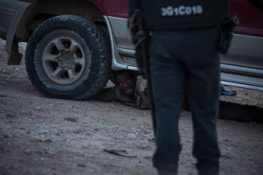 A Melilla, le 24 avril. Une centaine de migrants se sont ruŽs sur la barrire qui sŽpare le Maroc de l'enclave espagnole. Pendant l'assaut, quelques-uns ont pu passer c™tŽ espagnol, d'autres se sont retrouvŽs coincŽs, plusieurs heures durant, sur la barrire.Finalement une quinzaine de migrants arrivent ˆ s'Žchapper. Les autres seront interpelŽs et expulsŽs vers les Maroc.© Olivier JOBARD / M.Y.O.P.