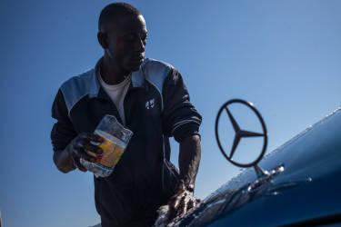 Certains migrants proposent aux habitant de Melilla de laver leurs voitures afin de gagner un peu d'argent.© Olivier JOBARD / M.Y.O.P.