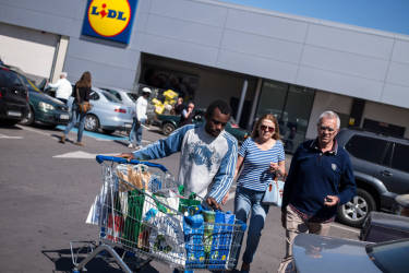 Certains migrants proposent aux habitant de Melilla de les aider ˆ porter leurs courses ˆ leurs voitures afin de gagner un peu d'argent.© Olivier JOBARD / M.Y.O.P.