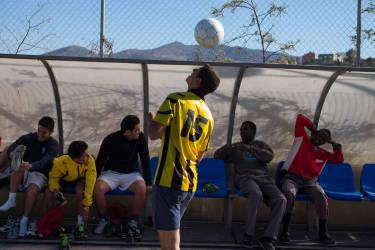 Sur le terrain de foot proche du CETI, les migrants peuvent jouer en dehors des entrainements de l'Žquipe de Melilla.© Olivier JOBARD / M.Y.O.P.