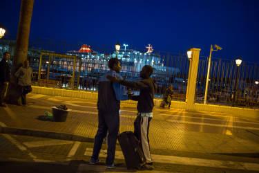 Un camerounais ayant obtenu un sauf-conduit pour quitter Melilla salue son ami qui attend toujours ce fameux sŽsame. Les migrants subsaharieens doivent attendre entre 5 mois et un an pour quitter l'enclave. Mais certains mme aprs avoir attendu sont envoyŽs sur la pŽninsule pour tre directement placŽs en centre de rŽtention afin d'entamer une procŽdure d'expulsion..© Olivier JOBARD / M.Y.O.P.