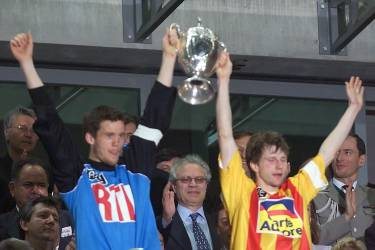 le capitaine et gardien de but nantais Mickael Landreau (G) et le capitaine calaisien Réginald Becque brandissent la coupe, le 07 mai 2000 au Stade de France à Saint-Denis, à l'issue de la finale de la Coupe de France de football opposant Calais à Nantes. Nantes gagne 2-1 et remporte la coupe.