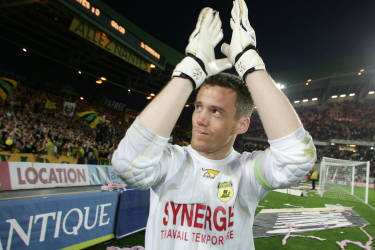 Nantes' French goalkeeper and captain Mickael Landreau applauses after the French L1 football match against Bordeaux, 06 May 2006 at the La Beaujoire stadium in Nantes.     AFP PHOTO DAVID ADEMAS