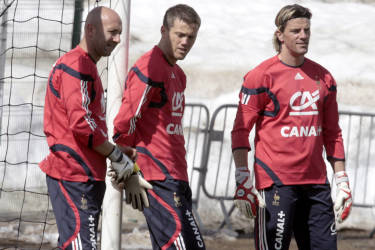 French goalkeepers Fabien Barthez (L) Mickael Landreau (C) and Gregory Coupet (R) practice, 25 May 2006 in Tignes, during a training session as part of the French national football team preparations for the upcoming Fifa World Cup 2006 in Germany. AFP PHOTO PASCAL PAVANI