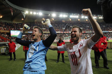 Lille's Mickael Landreau (L) celebrates winning the French championship after their Ligue 1 soccer match against Paris Saint Germain at the Parc des Princes stadium in Paris, May 21, 2011. REUTERS/Stephane Mahe (FRANCE - Tags: SPORT SOCCER) - RTR2MQ1A