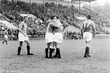 French forward Maryan Wisnieski (C, right) is congratulated by teammate forward Roger Piantoni after scoring the first goal for his team as forward Jean Vincent (L) looks on 19 June 1958 in Norrköpping during the World Cup quarterfinal match between France and Northern Ireland. France advanced to the semifinals with a 4-0 victory over Northern Ireland. (At right is forward Just Fontaine)  AFP PHOTO