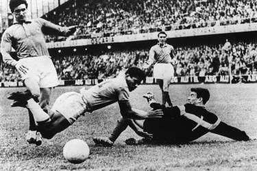 Brazilian forward Garrincha (C) bumps into French goalkeeper Claude Abbes (R) as defender Raymond Kaelbel (L) looks on during the World Cup semifinal soccer match between Brazil and France 24 June 1958 in Stockholm. Brazil beat France 5-2 to advance to the final. AFP PHOTO