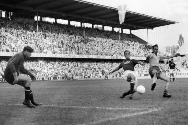 Swedish forward Kurt Hamrin (R) battles for the ball with a Soviet defender in front of goalkeeper Lev Yashin (L) during the World Cup quarterfinal soccer match between Sweden and the USSR 19 June 1958 in Stockholm. Hamrin scored one goal to help Sweden beat the USSR 2-0. AFP PHOTO/PRESSENSBILD