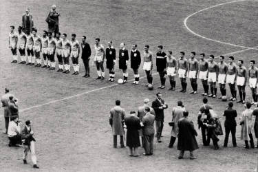 The Brazilian (L) and French national soccer teams are lined up before the start of their World Cup semifinal match 24 June 1958 in Stockholm. AFP PHOTO/PRESSENSBILD