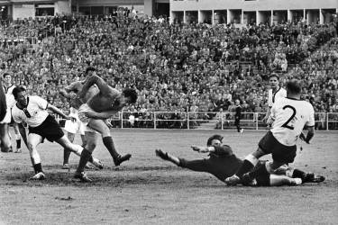 French forward Just Fontaine (2nd L) scores the third goal for his team past West German goalkeeper Heiner Kwiatkowski during the World Cup soccer match for third place between France and West Germany 28 June 1958 in Goteborg. Fontaine scored four goals to help France beat West Germany 6-3. Fontaine also finished the World Cup with a record 13 goals.  AFP PHOTO/INTERCONTINENTALE