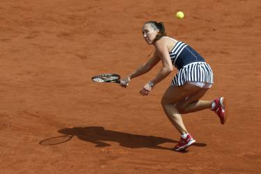 Serbia's Jelena Jankovic returns to Japan's Kurumi Nara  during their French tennis Open second round match at the Roland Garros stadium in Paris on May 29, 2014. AFP PHOTO / PATRICK KOVARIK