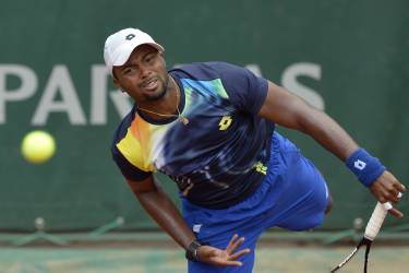 USA's Donald Young returns the ball to Spain's Feliciano Lopez during their French tennis Open second round match at the Roland Garros stadium in Paris on May 29, 2014.  AFP PHOTO / MIGUEL MEDINA