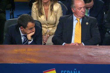 Spain's King Juan Carlos de Borbon (R) and the president of the Spanish Government Jose Luis Rodriguez Zapatero (L) listen to Venezuela's president Hugo Chavez during the plenary session at Espacio Riesco in Santiago, on the last day of the Ibero American summit, on November 10th, 2007.   AFP PHOTO