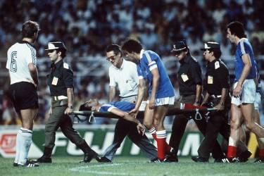 Patrick Battiston emmené sur une civière après le choc avec le gardien allemand Harald Schumacher.