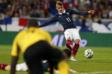 France's Antoine Griezmann scores a goal during their friendly soccer against Jamaica at Pierre Mauroy Stadium in Villeneuve d'Ascq June 8, 2014. REUTERS/Pascal Rossignol (FRANCE - Tags: SPORT SOCCER WORLD CUP)