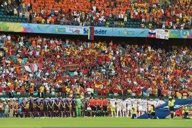 Players line up on the field before a Group B football match between Spain and the Netherlands at the Fonte Nova Arena in Salvador during the 2014 FIFA World Cup on June 13, 2014.  AFP PHOTO / JAVIER SORIANO
