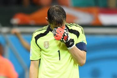 Spain's goalkeeper Iker Casillas reacts after Netherlands' forward Arjen Robben (not seen) scored his team's fifth goal during a Group B football match between Spain and the Netherlands at the Fonte Nova Arena in Salvador during the 2014 FIFA World Cup on June 13, 2014.  AFP PHOTO / JAVIER SORIANO