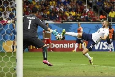 France's Karim Benzema shoots to score the team's fourth goal past Switzerland's Diego Benaglio during their 2014 World Cup Group E soccer match at the Fonte Nova arena in Salvador June 20, 2014. REUTERS/Dylan Martinez (BRAZIL  - Tags: SOCCER SPORT WORLD CUP TPX IMAGES OF THE DAY)      TOPCUP