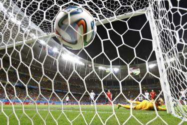 France's goalkeeper Hugo Lloris concedes a goal scored by Switzerland's Blerim Dzemaili during their 2014 World Cup Group E soccer match at the Fonte Nova arena in Salvador June 20, 2014.    REUTERS/Jorge Silva (BRAZIL  - Tags: SOCCER SPORT WORLD CUP TPX IMAGES OF THE DAY)