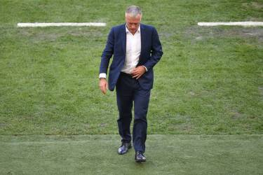 France's coach Didier Deschamps gestures during a quarter-final football match between France and Germany at the Maracana Stadium in Rio de Janeiro during the 2014 FIFA World Cup on July 4, 2014.  AFP PHOTO / CHRISTOPHE SIMON