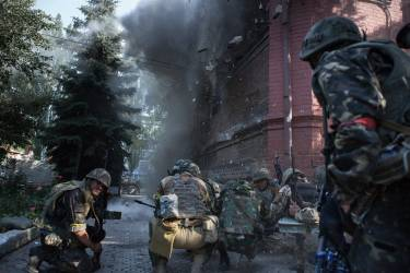 L'armée ukrainienne fait exploser le premier étage, miné, du bâtiment du SBU, les services de sécurité, qui servait de siège militaire aux combattants pro-Russes de Sloviansk.