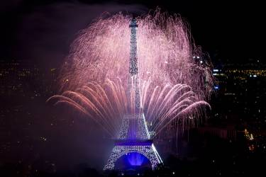 Fireworks burst around the Eiffel Tower in Paris on July 14, 2014 as part of France's annual Bastille Day celebrations.  AFP PHOTO / KENZO TRIBOUILLARD
