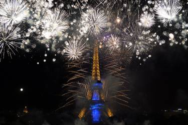 Fireworks burst around the Eiffel Tower in Paris on July 14, 2014 as part of France's annual Bastille Day celebrations.  AFP PHOTO / PIERRE ANDRIEU