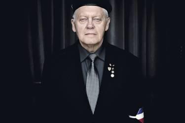 """Chaque fois que Georges Delcroix (ci-dessous) accroche son brassard tricolore à sa veste, il pense à son grand-père, un """"poilu"""", mais aussi  à ses compagnons d'armes tombés en Algérie. Pour Roger Hallez, 75 ans (en haut), être garde d'honneur  est """"un engagement patriotique"""".  En bas, Jean-Marie Legrand coiffe son béret, l'autre signe distinctif  des membres de la garde d'honneur. Photo: Philippe de Poulpiquet pour M Le magazine du Monde"""