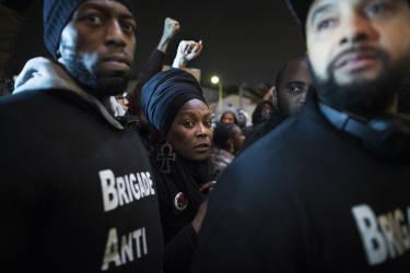 """Saint-Denis, le 27 novembre 2014. Des membres de la """"Brigade antinégrophobie"""" manifestent contre """"Exhibit B"""", de Brett Bailey."""