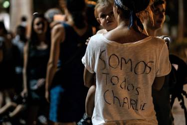 A woman takes part in a rally to show solidarity for the victims of the attack on the offices of France's satirical weekly Charlie Hebdo, in Rio de Janeiro, Brazil on January 7, 2015. Cities and towns worldwide staged vigils late Wednesday in solidarity with the French people after the massacre by Islamist gunmen in Paris against a satirical paper left at least 12 dead.  AFP PHOTO / YASUYOSHI CHIBA