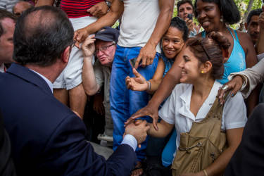François Hollande, président de la République, va à la rencontre des habiatnts de La Havane, Cuba après sa visite à l'Alliance française. Lundi 11 mai 2015 - 2015©Jean-Claude Coutausse / french-politics pour Le Monde