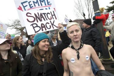 Des centaines de milliers de manifestantes et manifestants défilent sur Pennsylvania Avenue, à Washington D.C., le samedi 21 janvier.